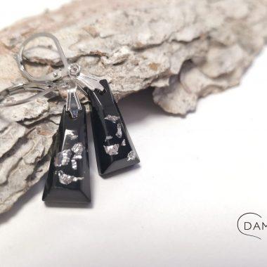 biżuteria kolczyki płatki srebra na czarnym tle
