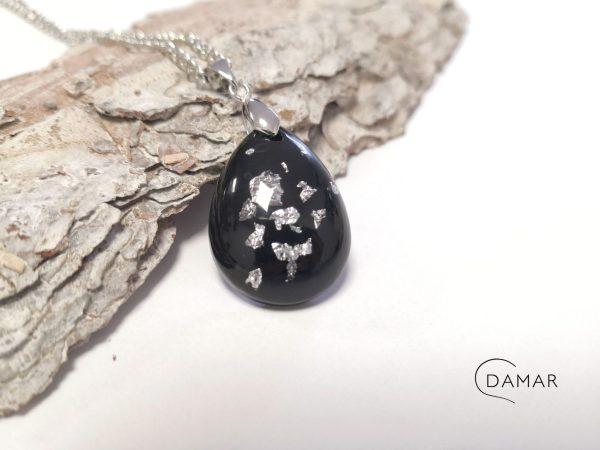 biżuteria naszyjnik płatki srebra na czarnym tle